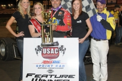 eagle-05-02-14-usac-237-dave-darland-with-miss-nebraska-cup-elle-patocka-and-miss-nebraska-cup-finalist-jen-harter-and-allison-walter-and-flagman-billy-lloyd-joeorthphotos
