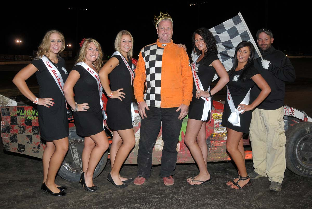 eagle-09-04-11-sport-mod-king-of-the-hill-champion-kevin-anderson-with-2011-nebraska-cup-finalist-catrina-harris-elle-patocka-emma-kelley-jamie-kromberg-lindsey-flodman-and-flagman-billy-lioyd