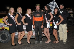 eagle-09-04-11-modifieds-king-of-the-hill-champion-chris-alcorn-with-2011-nebraska-cup-finalist-catrina-harris-elle-patocka-emma-kelley-jamie-kromberg-lindsey-flodman-and-flagman-billy-lioyd