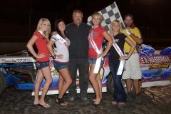 eagle-08-27-11-2011-imca-sport-modified-track-champion-gary-saathoff-with-2011-nebraska-cup-finalist-brandi-kadavy-jamie-kromberg-lindsey-flodman-de-anne-kathol-and-flagman-billy-lloyd